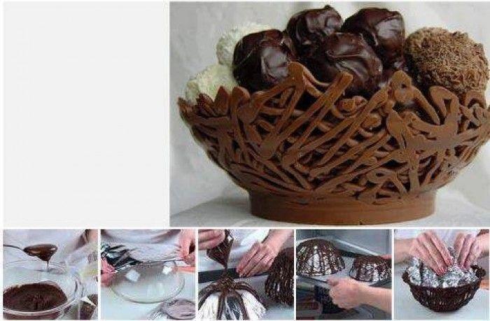 Een schaal gemaakt van gesmolten chocolade. Leg een folie over een kom en spuit het gesmolten chocolade erover heen. Heerlijk en apart.