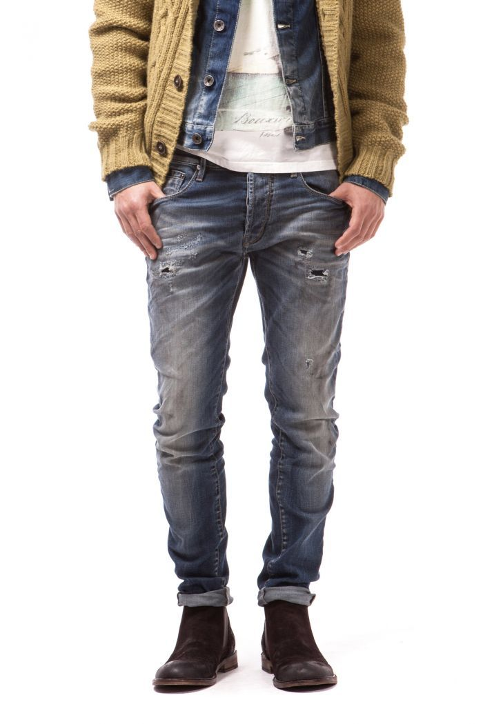 Raul 5-pocket jeans that taper towards the bottom. Deep pocket edging. Cut and stitched back pockets to form the GAS double-rainbow logo.