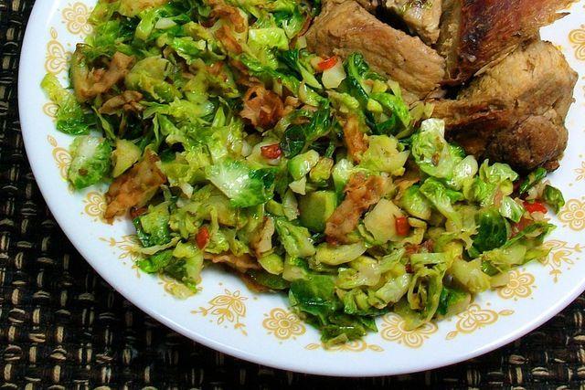 Prepara este agradable salteado de colecitas de Bruselas con tocino, ajo, chile y limón para acompañar el pollo rostizado o una carne asada. Receta fácil.