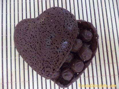 Conheça uma técnica maravilhosa para preparar um lindo coração rendado recheado com bombons de maracujá. Confira agora!