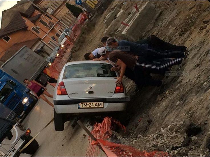 Masina cazuta in groapa pe santierul de pe strada Stefan cel Mare
