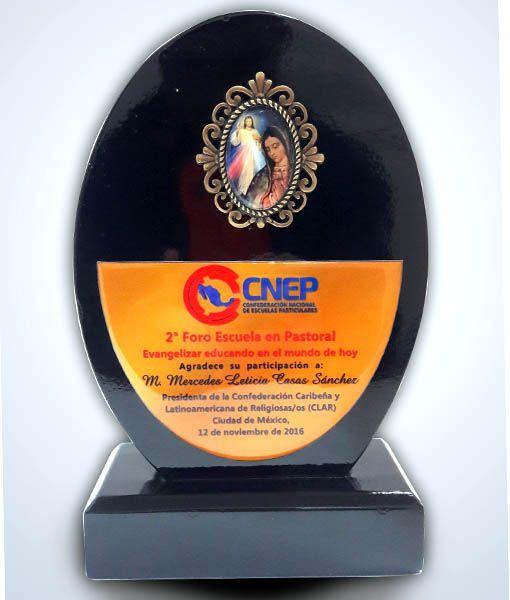 Reconocimiento de madera con placa metálica de Nuestro Señor Jesucristo y la Virgen de Guadalupe para un Foro de Escuelas de México