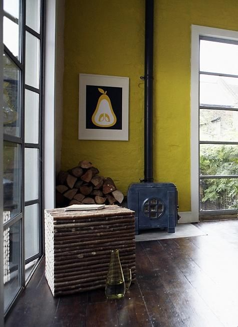 jaune-mur-bois-stove.jpg