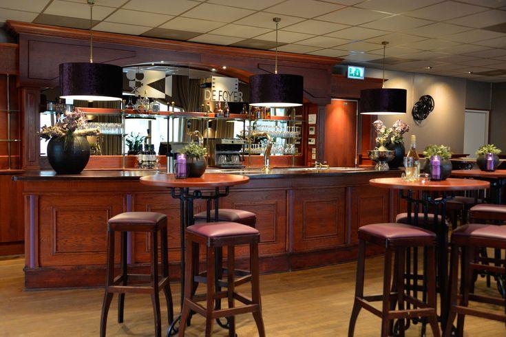 Projecten | MH Interieurdesign Bar in de Foyer van Grandcafe de Snor, barkrukken, barlampen met mooie stof bekleed.