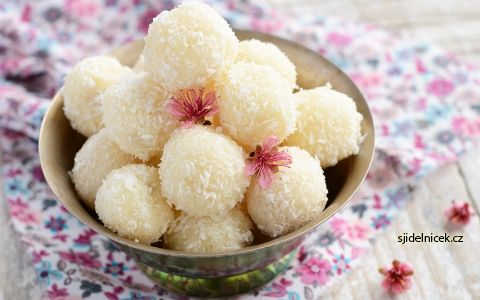 Hledáte cukroví na poslední chvíli? Vyzkoušejte rafaelo kuličky, které chutnají opravdu výborně. Připravují se ze Salka a recept je velmi jednoduchý.