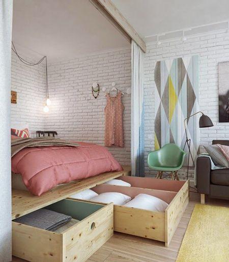 Un dormitorio sin armarios, con amplios cajones bajo la tarima que sustenta la cama #almacenaje #dormitorio #casaspequeñas