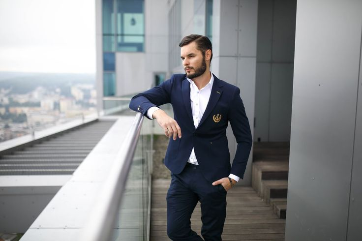 Elegant look from Bolf with a summer vibe. A white T-shirt, a navy blue suit jacket and chino trousers - the amazing match-up. The whole styling gets an effortless look thanks to details. A suit jacket has got an anchor insert and the whole is additionally complemented with a trendy bracelet with an metallic element.