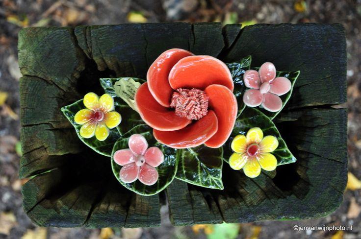 boeketje met koraal rode roos en tuinbloemen  Meer weten? Kijk op de website, op Facebook of op mijn bord French Ceramic Flowers