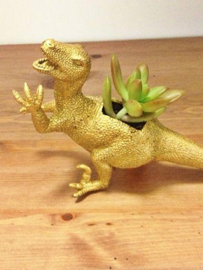 Gouden dinosaurus - Hit op Etsy: beestachtige bloempotten | ELLE Decoration NL