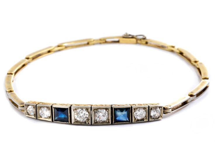 Länge: ca. 19 cm. Gewicht: ca. 8,2 g. GG 750. Um 1920. Feines seitlich ziseliertes Art déco-Armband mit Altschliffdiamanten, zus. ca. 1,1 ct, und zwei...