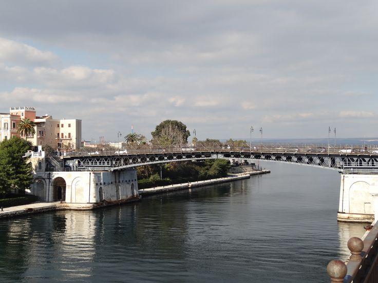 Una donna tenta il suicidio dal Ponte Girevole: messa subito in salvo