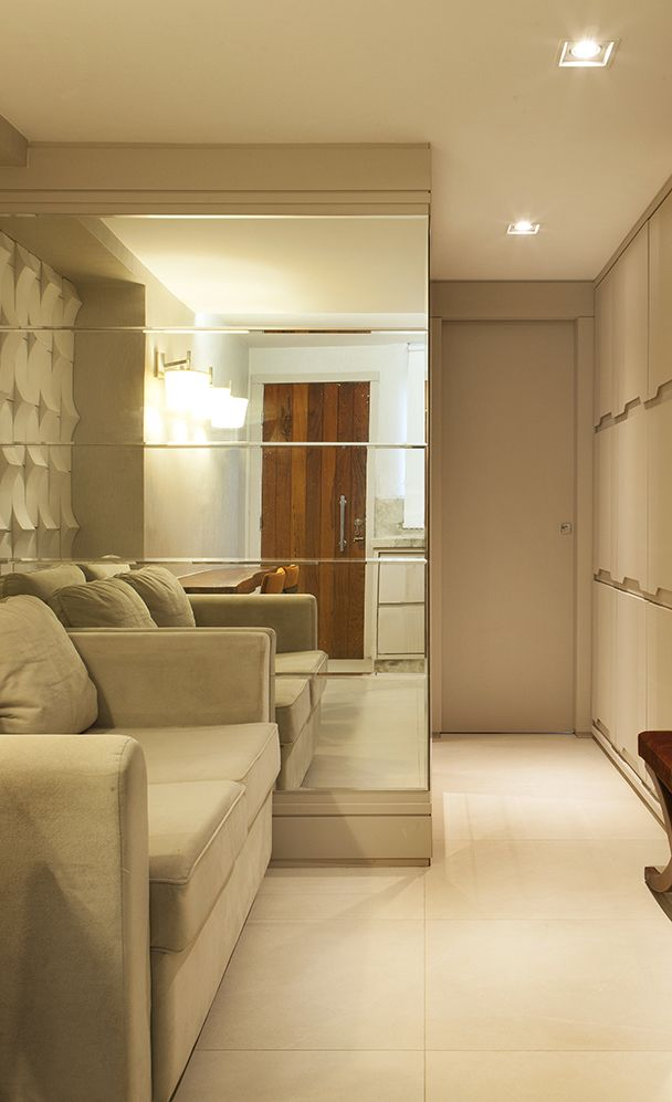 Decoração sala pequena - espelhos bisotados e revestimento tridimensional. Projeto Sergio Caus, Foto Felipe Araújo, Mais fotos no blog.