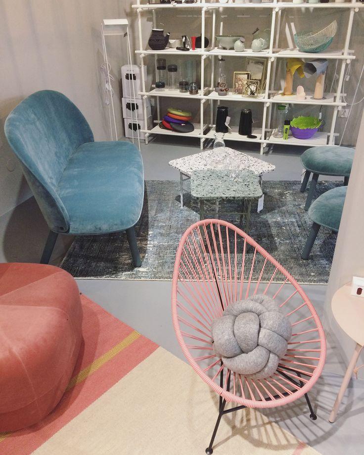 Niebieski i różowy – cudowne połączenie, chociaż nie każdemu przypadnie do gustu ;) W rolach głównych sofa Normann Copenhagen Ace, fotel Ok Design Acapulco Mini, pufa Normann Copenhagen Circus i dywany Linie Design