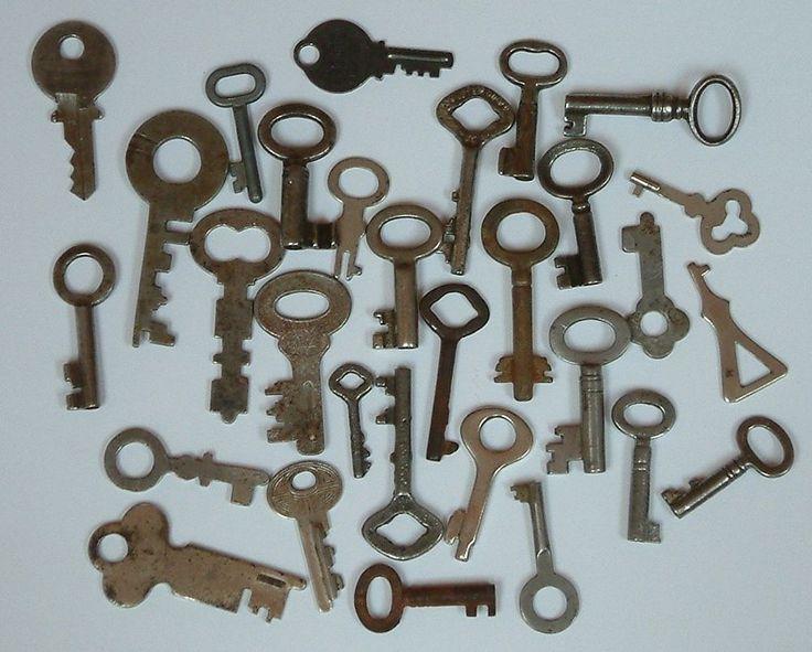 vintage keys/lot of 30 little keys/steampunk keys/key supply  army padlock keys
