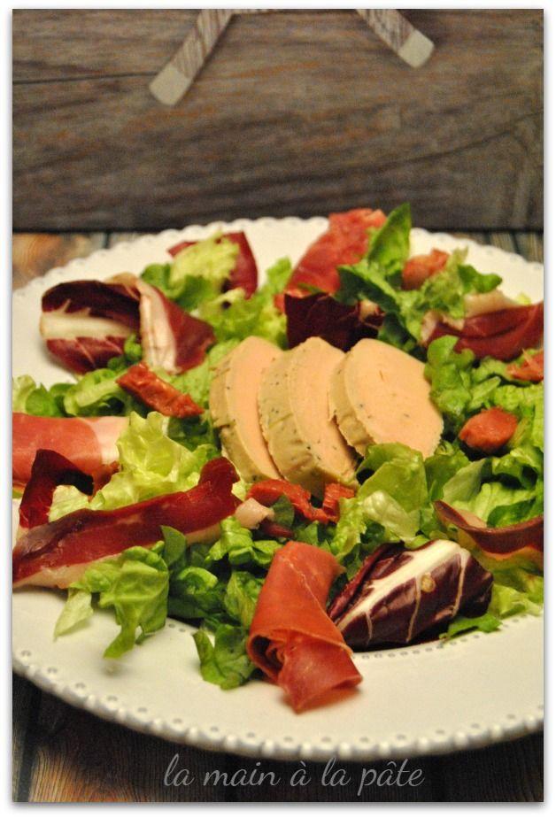 Salade composée de deux salades, de magret de canard séché et fumé, de gésiers confits, de jambon cru et de foie gras.