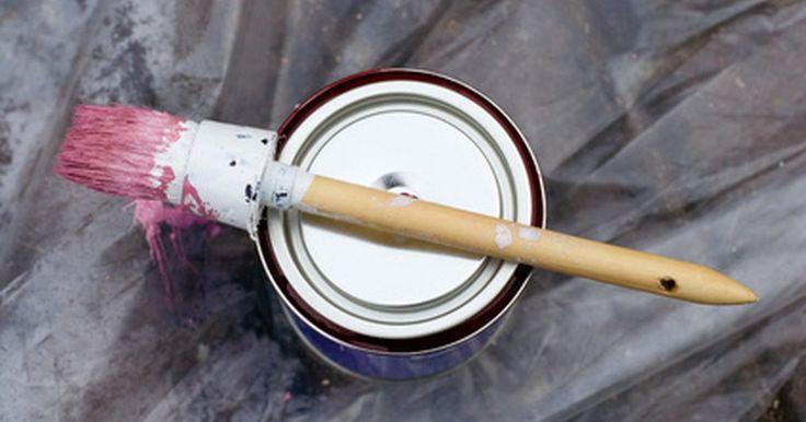 Como remover esmalte acrílico de piso de cerâmica. Você acabou de pintar um móvel ou carro com esmalte acrílico, e está apreciando o resultado quando percebe que respingou tinta em todo o piso. Se esta cena lhe parecer familiar, limpe o esmalte acrílico rapidamente, antes que seque. Também é possível remover a tinta depois de secar. Este tipo de tinta é solúvel em água, ou que significa que com ...