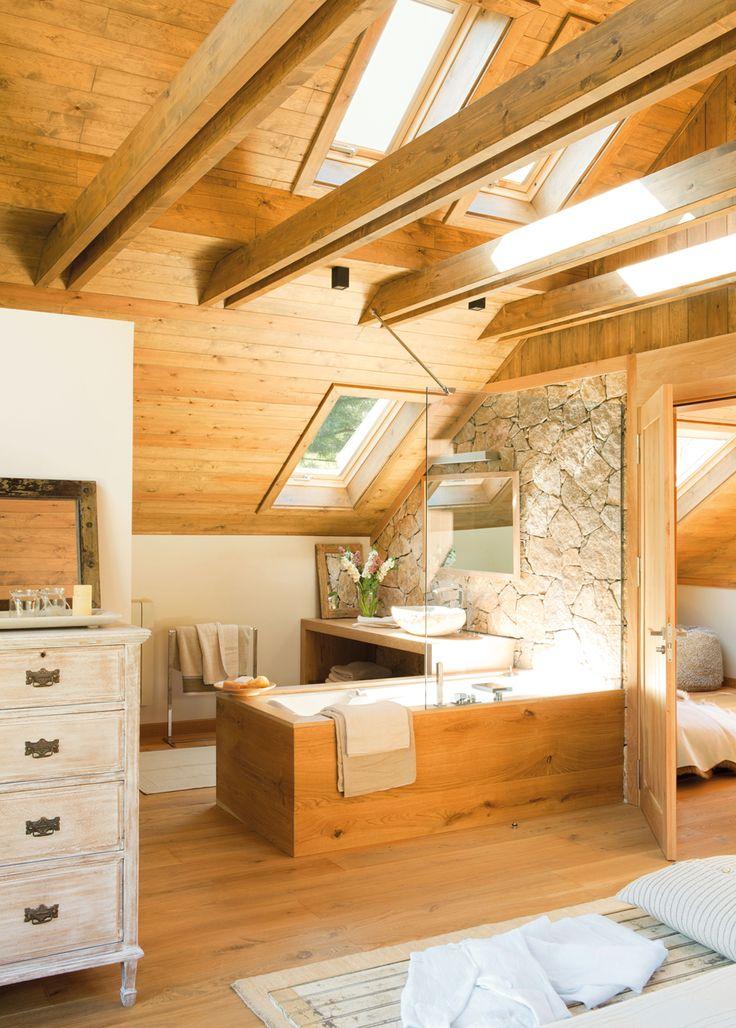 Baño en buhardilla de madera con bañera exenta revestida de madera 00319764