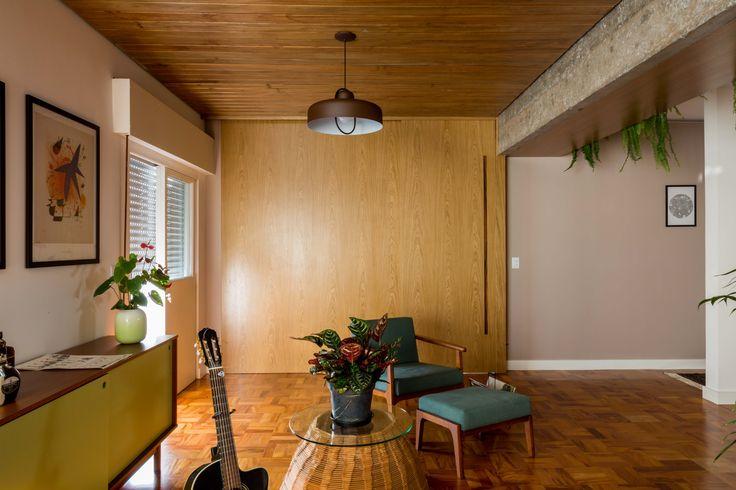 Estúdio Minke.  Reforma de apartamento de 150m2 no bairro de Higienópolis, SP. Integração do espaço social, forro e divisórias em madeira, piso de taco restaurado, estrutura em concreto aparente.