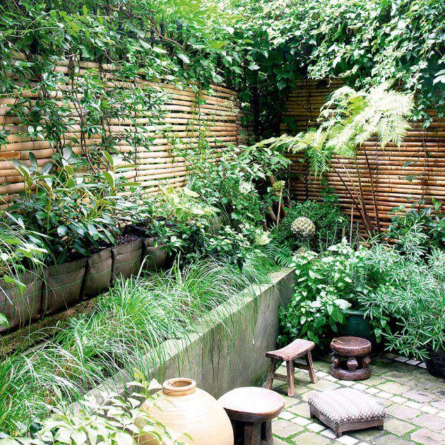 """<p>Créer une mini mini jungle dans son espace extérieur ne veut pas forcément dire """"jardin désordonné"""". La preuve en image avec ce jardinet où les plantes,..."""