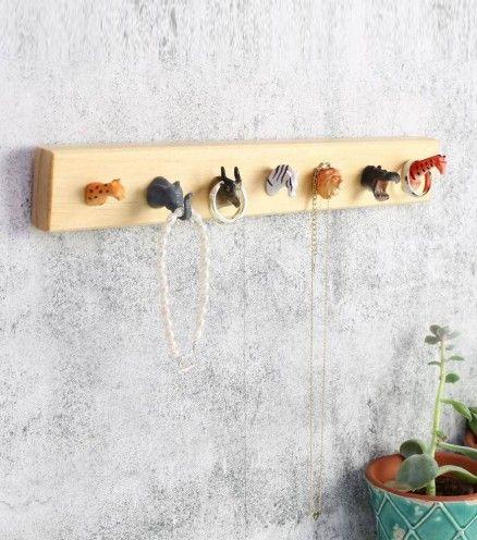 Accrochez vos bijoux à ce patère en bois recyclé. Ce sont des têtes d'animaux qui se chargeront de les tenir. Sinon, vous pouvez aussi l'utiliser pour y déposer vos clefs dans votre entrée par exemple.