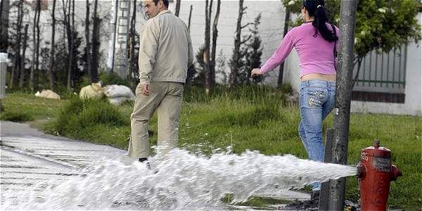 La campaña 'Dale un descanso al agua, úsala responsablemente' lanzada hoy, busca que la comunidad sea más consciente y evite y denuncie su desperdicio.