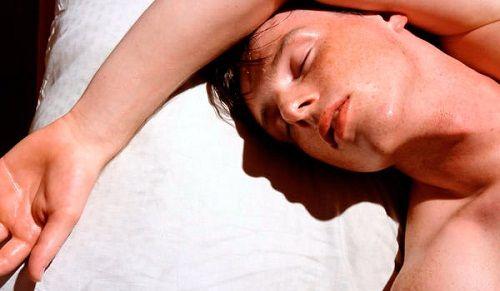 Est-il normal de transpirer en dormant ? - Améliore ta Santé