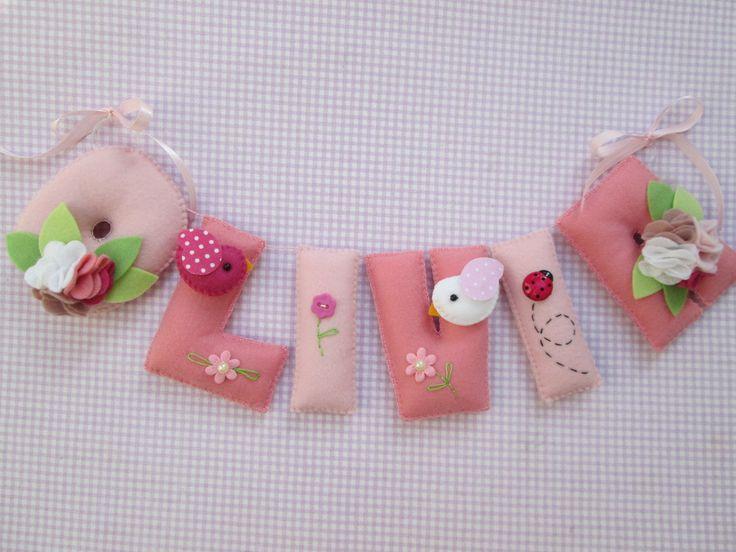 Lindo enfeite de porta de maternidade! O nome do seu bebê confeccionado em letrinhas de feltro decoradas! <br> <br>Pode ser feito nas cores de sua preferência. <br> <br>O preço de cada letra é 9 reais. <br> <br>Tamanho das letras: 7x9 cm