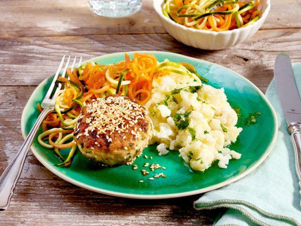 Geflügelfrikadelle auf Blumenkohlpüree mit Zucchini-Möhren-Salat Rezept | LECKER