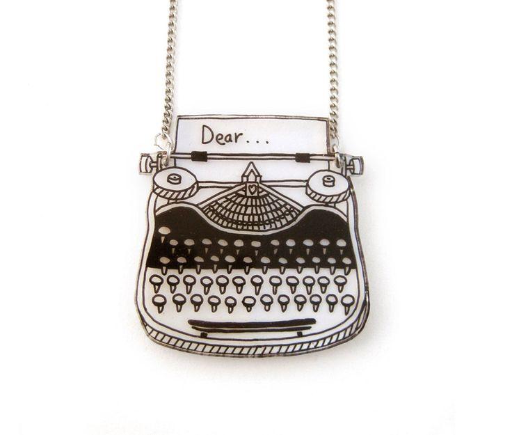 Machine à écrire rétro rétractable en plastique collier par DOODLEWORM sur Etsy https://www.etsy.com/fr/listing/203610873/machine-a-ecrire-retro-retractable-en