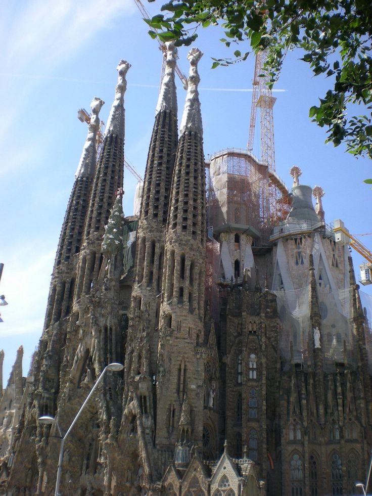 """Sagrada Familia-Barcelona Esternamente molto """"famosa""""...internamente un tripudio di colori....il Paradiso attraversato da un arcobaleno!"""