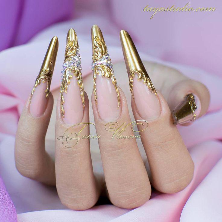 """""""Дизайн ногтей сама себе Золото, стразы и барельеф #наращиваниеногтей #гель…"""