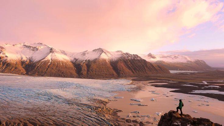 Thingvellir es uno de los lugares de visita obligada en Islandia. Situado al suroeste de la isla, a unos 45 km de la capital, Reikiavik, forma parte del llamado Círculo Dorado –la ruta turística...