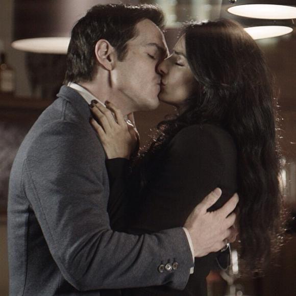 """Y este se puede decir que es un beso ¡de película! Aislinn Derbez y Mauricio Ochmann se besan en una escena de """"A la mala"""". Ambos le deben a ese filme el haberse conocido, ¿verdad?"""
