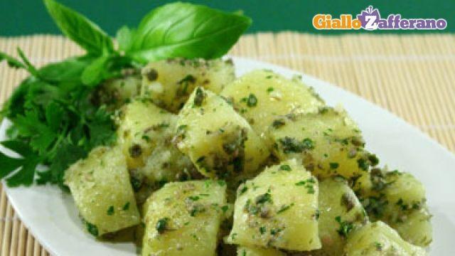 L'insalata di patate al verde è un contorno molto semplice da preparare, dal sapore fresco e gustoso: il condimento usato per insaporire le patate è a base di acciughe, prezzemolo, origano, basilico, capperi, aglio, olio e aceto. L'insalata sarà adatta per accompagnare pietanze a base di carne, pesce o abbinabile ad un piatto di formaggi o salumi. Qui la #ricetta: http://ricette.giallozafferano.it/Insalata-di-patate-al-verde.html #GialloZafferano #contorni