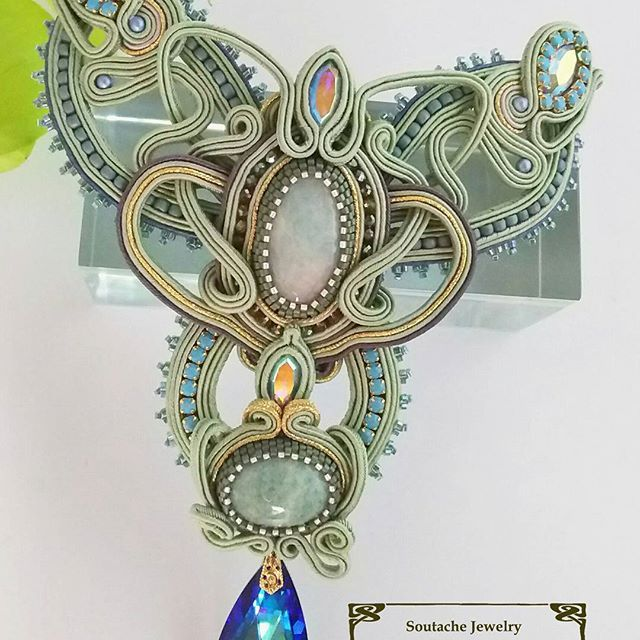 アマゾナイトの胸飾り ネックレス紐部分は取りはずしができるように 金具がついています ドレスの胸部分に刺繍しても バッグなどの装飾にしても 使う方の用途に合わせて仕上げられます レースのように透かしを多用したデザインは、 張りのあるブレードだからできる表現 重さや力のかかる部分には、 形が崩れないように隠し技が施してあります 使用した天然石はアマゾナイト 緑がかった石の色合いは大好きな色 #ソウタシエ #ネックレス #ジュエリー #天然石 #アマゾナイト #ジュエリー #ハンドメイド #soutache #necklace #jewellery #mineral #sarahwood #costume #beadembroidery #刺繍 #ビーズアクセサリー