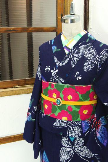 濃紺色地にろうけつ染を思わせる幻想的タッチと澄んだ色彩で染め出された蝶々模様が物語をはこぶ注染レトロ浴衣です。 #kimono