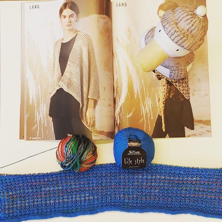 Hinnerk fand das Modell 40 aus der FaM 243 von Lang Yarns wunderschön, leider stehen Antje die Farben gar nicht. Also kleine Änderung: Fiora ist geblieben, wenn auch in Farbe 79, aber Gamma würde komplett durch Life style 116 von Atelier Zitron ersetzt. Nun sind alle zufrieden  #wolleundso #wolle #hinnerk #stricken #häkeln #knit #wool #bad Bramstedt #atelierzitronknitting #antjeswolle #atelierzitron#Lang Yarns