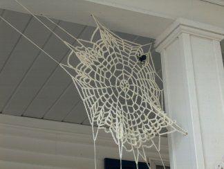 Crocheted Spider web. Ya me estoy imaginando esta telaraña en la peña de Fuentepiñel.