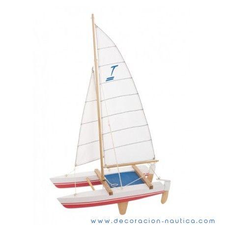 Maqueta CATAMARÁN Maqueta de Catamarán inspirado en el Tornado, barco de classe olímpica con dos tripulantes, diseñando en 1966 por los arquitectos británicos Rodney March, Terry Pierce y Reg White.  Maqueta decorativa realizada en madera y pintada de forma artesanal.  Medidas: Alto:55.00 x Largo:31.50 x Ancho:15.00 cm.  Peso: 0.27 Kgs