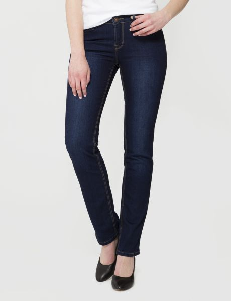 These full-length jeans have a straight leg fit and medium rise.