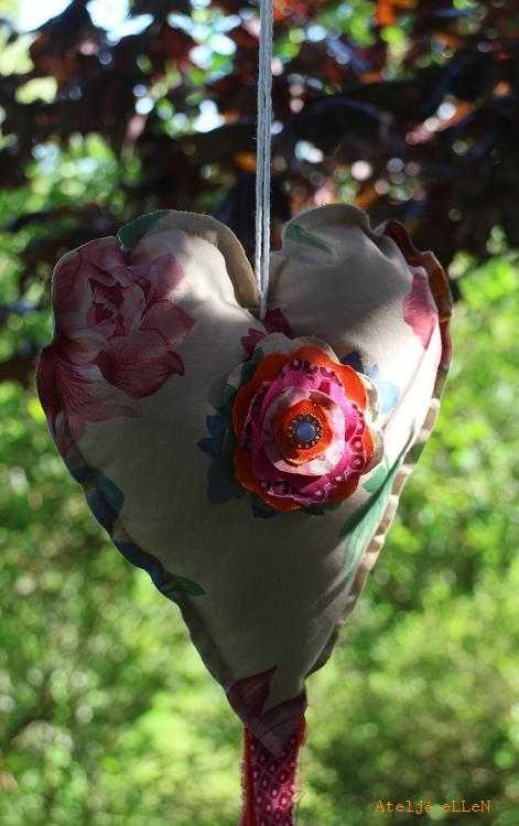 "A ""Trashjärta"" or a ""dancing heart"". Lovely hanging in the garden...or in a window. See more http://ateljeellen.blogspot.se/2014/06/trashjarta.html"