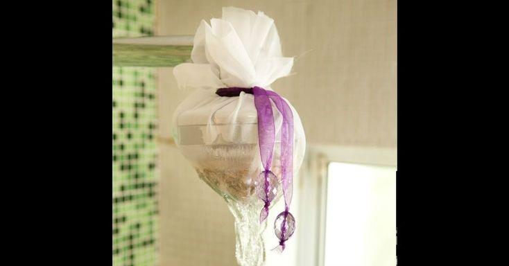 É possível preparar um banho extremamente relaxante, com ervas, flores e essências aromáticas, mesmo sem ter banheira em casa. Basta fazer um sachê de tecido, facílimo de instalar no bocal do chuveiro. A esteticista do salão Jacques Janine Chácara Klabin ensina o passo a passo