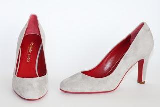 Come acquistare una décolleté?Quali sono gli elementi da tenere in considerazione?Innanzitutto una decoltè o pump shoes è una di quelle scarpe che una donna deve sempre avere a disposizione nella propria scarpiera. Naturalmente i colori, oltre il nero quasi obbligatorio anche un colore chiaro, maga
