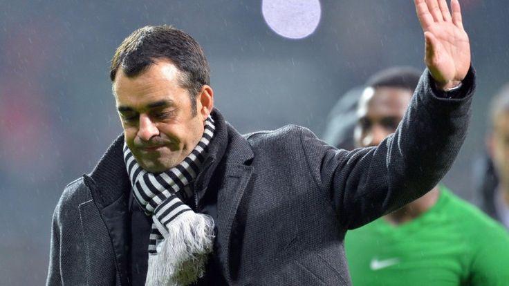 7. Dezember, #Bremen: Eine Geste, die alles sagt: #Werders Trainer Robin Dutt geht nach der 0:7 Niederlage gegen den #FC #Bayern #München über den Platz. (Foto: dpa)