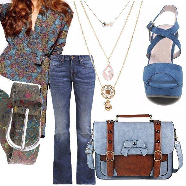 Un jeans leggermente svasato sulla gamba, accompagnato da una blusa color verde oliva e blue; una scarpa con zeppa ed un borsa a tracolla in pelle, spaziosa e comoda. Il tutto arricchito da più collane color oro e una cinta Desigual sfiziosa e colorata.