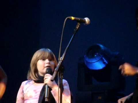 """Johnny Reid w/ little girl from audience """"Out of the Blue"""" - Moncton, NB"""