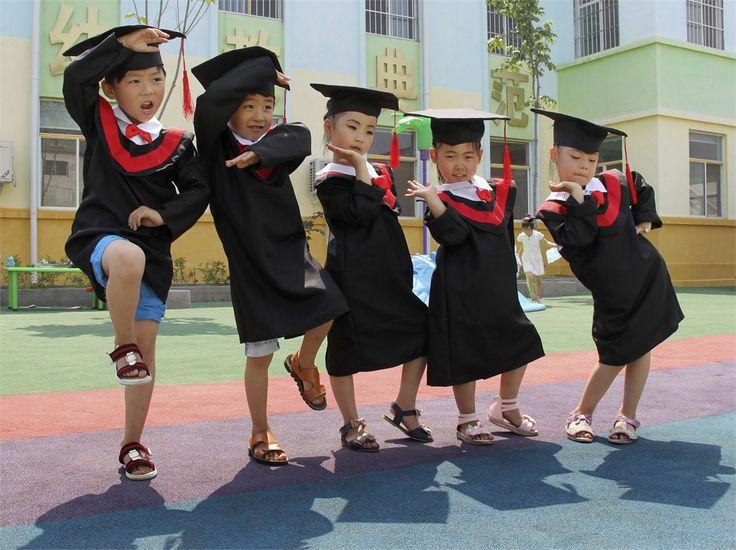 Studenti modelli  Un gruppo di bambini cinesi si mette in posa per una foto ricordo durante la cerimonia di fine anno in una scuola di Wenxian, nella provincia di Henan..