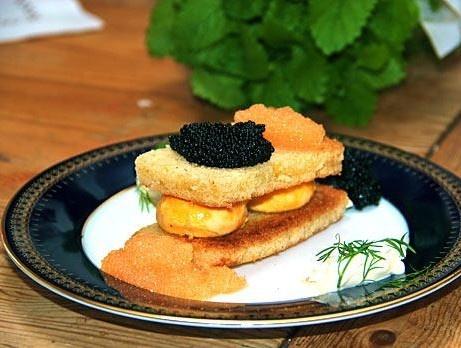 Förrätter - toast med confiterad äggula och löjrom