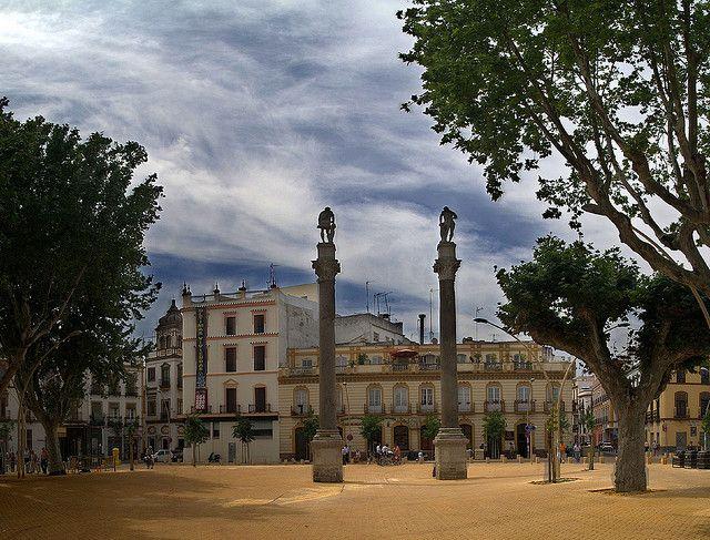 La Alameda de Hércules es uno de los paseos más importantes del casco antiguo, y el jardín público más antiguo de Europa. Colindante con el extremo norte de la muralla, rodeado de álamos, contiene en su parte central sur dos columnas romanas con la imagen de Hércules, fundador de Sevilla, y en la Julio César, quien honró la antigua Híspalis con su visita.