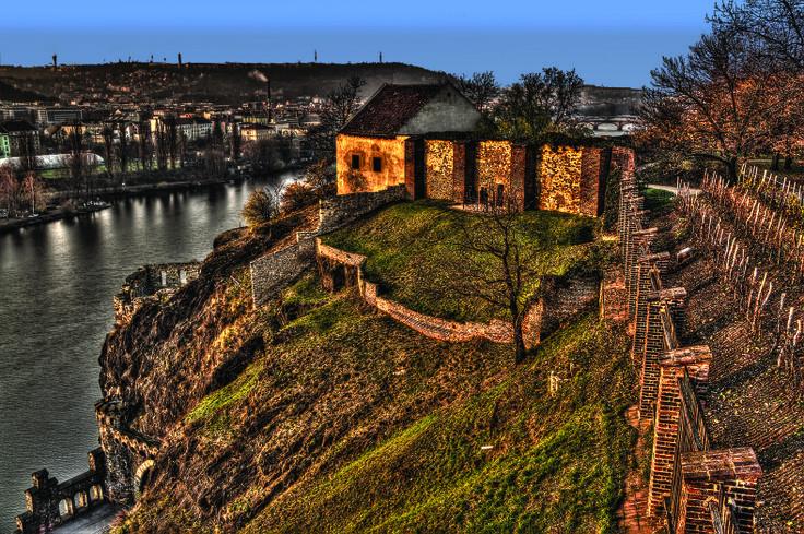 Vyšehrad - zde žije jeden z nejslavnějších přízraků Prahy... vladyku Horymíra a jeho koně Šemíka. To, že jste se s přízrakem potkali, poznáte podle vůně sena, jež se náhle line všude kolem.